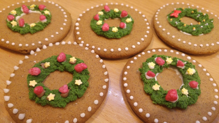 DIY cookie decoration - wreaths made from coloured chocolate and icing