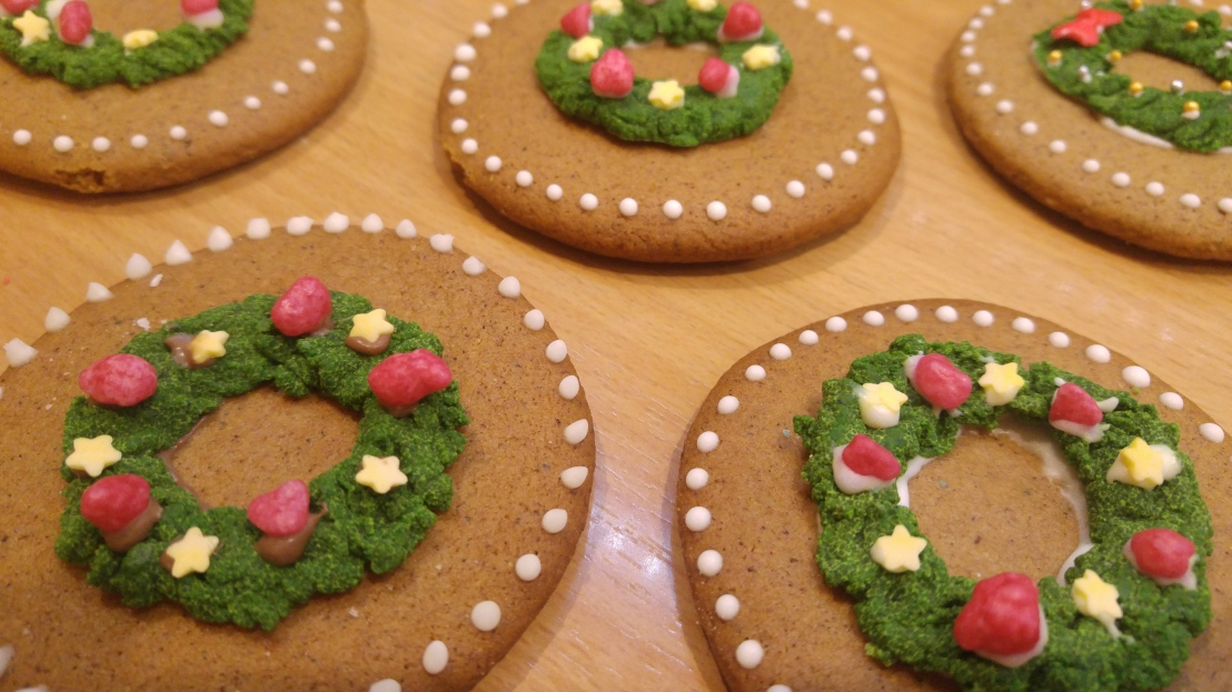 DIY cookie decoration, wreaths made from coloured chocolate and icing