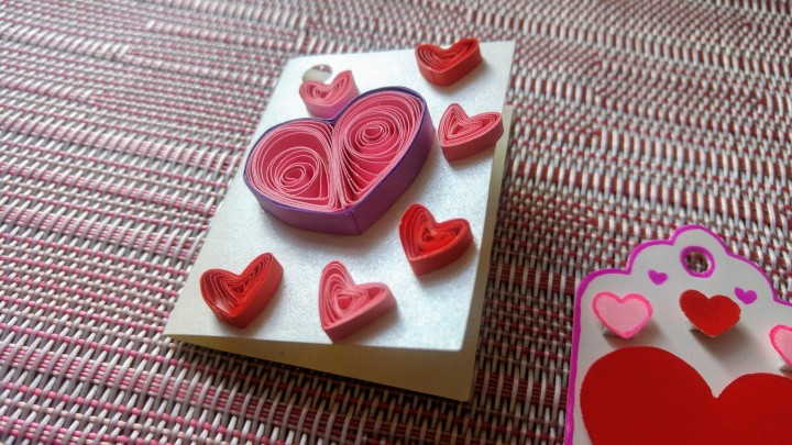 DIY Valentine gift tags - quilling red and pink hearts