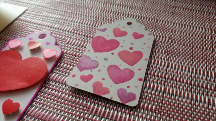 DIY Valentine gift tag - watercolour pink and red hearts