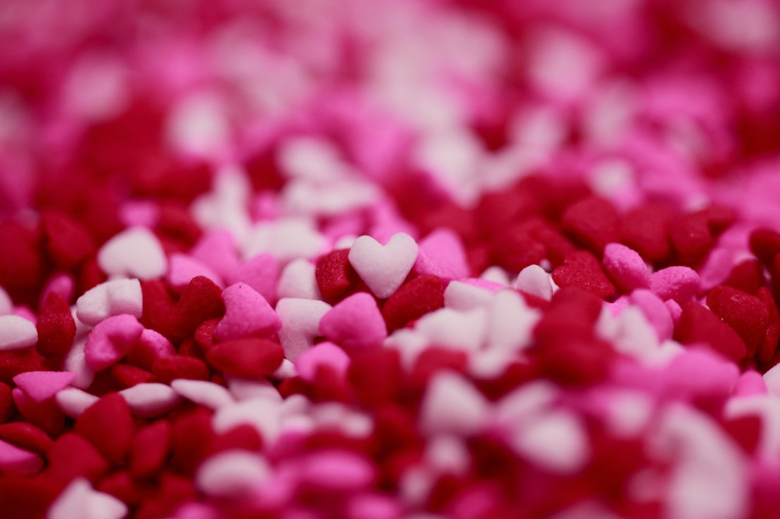A pile of small pink and red hearts
