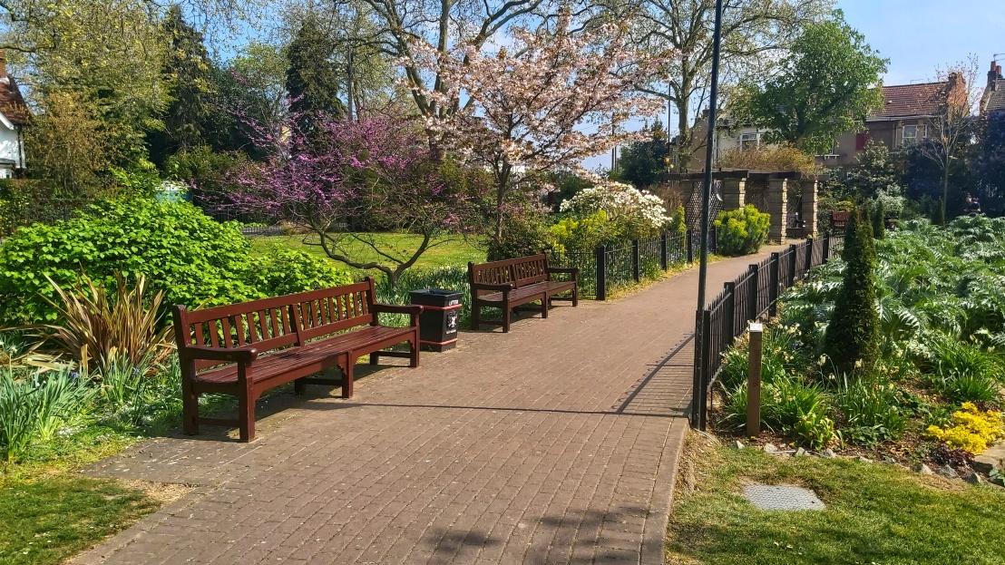 London parks - West Ham Park - benches on a bridge