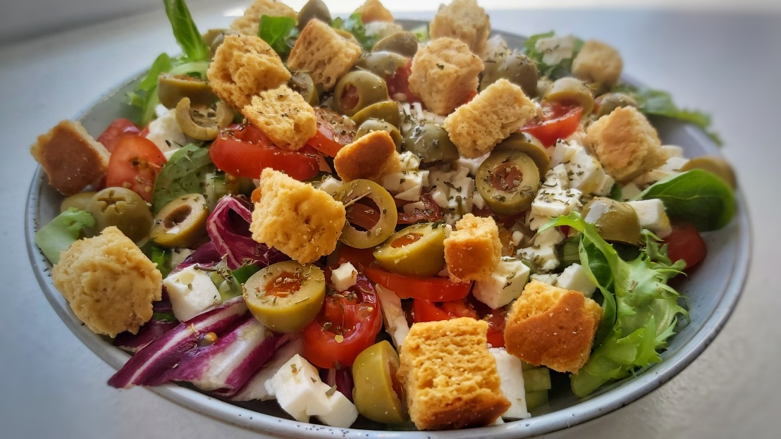 Lettuce, olives, tomato, cucumber, feta cheese and croutons