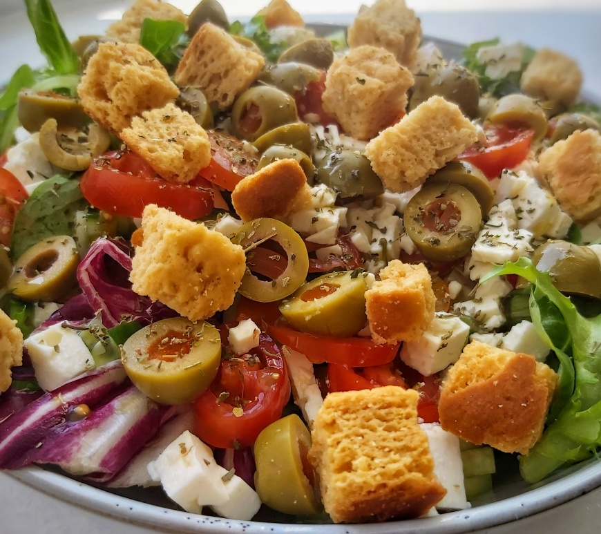 Lettuce, olives, tomato, cucumber, feta cheese annd croutons